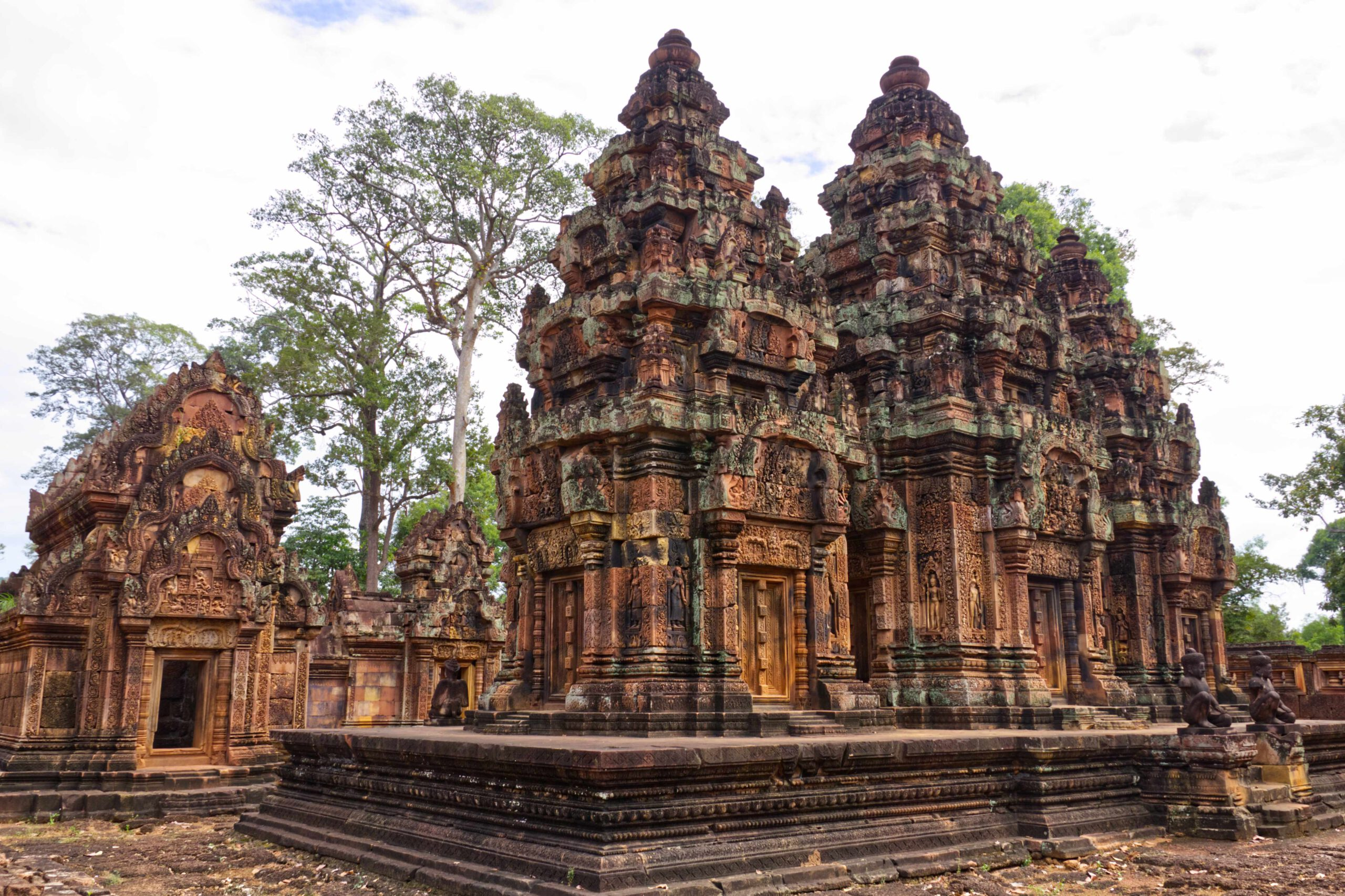 Banteay Srei Tempel in Kambodscha, orangefarben