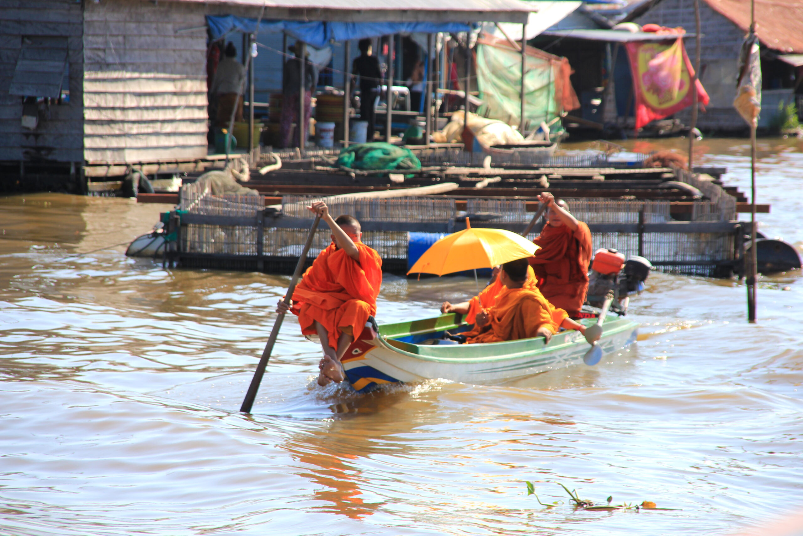 Buddhisten in orangenen Kutten auf dem Tonle Sap
